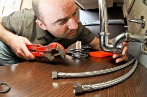 Close_up_of_plumber_fixing_kitchen_sink_drain-min-2.jpg