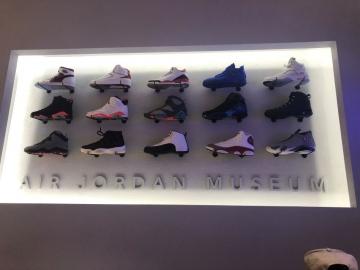 thumbs_Illuminated-shoe-display.jpg